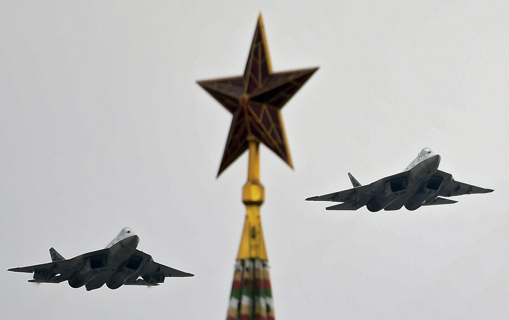 Su-57-Mehrzweckjagdflugzeuge bei der Flugschau in Moskau