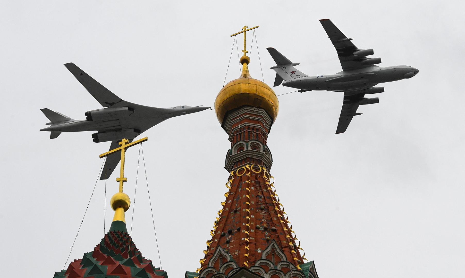 Ein Il-78-Tankflugzeug und ein Tu-160-Überschallbomber bei der Flugschau in Moskau