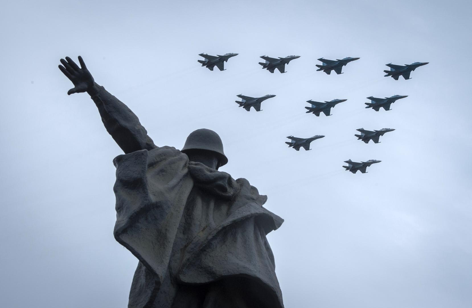 Eine Staffel von Jagdflugzeugen der Typen Su-30SM, Su-35C und Su-34 bei der Flugschau in Moskau