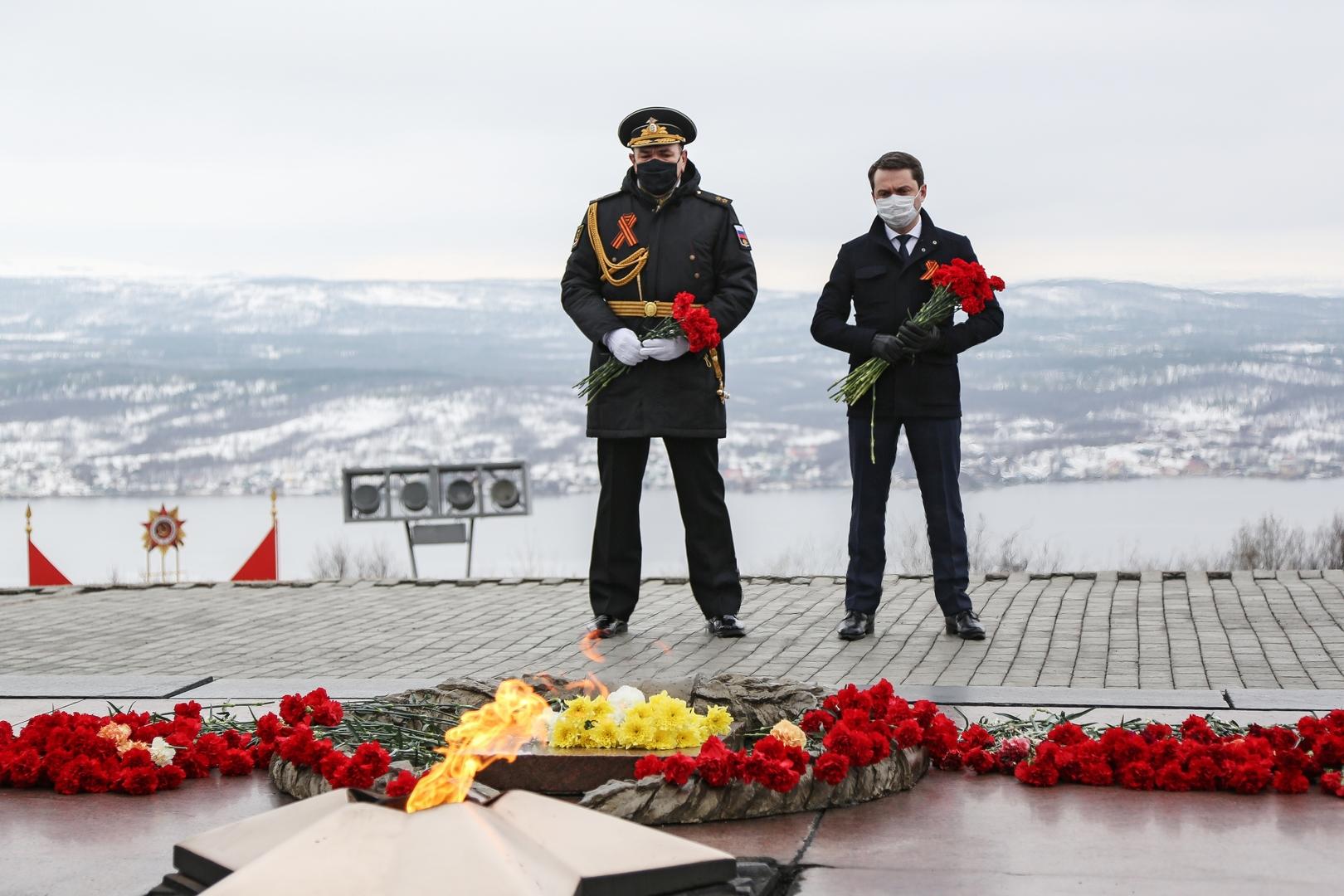 Der Gouverneur des Gebiets Murmansk Andrei Tschibis (rechts) und der Kommandeur der Nordflotte Russlands Alexander Moissejew am Denkmal für die Verteidiger der Halbinsel Kola in Murmansk
