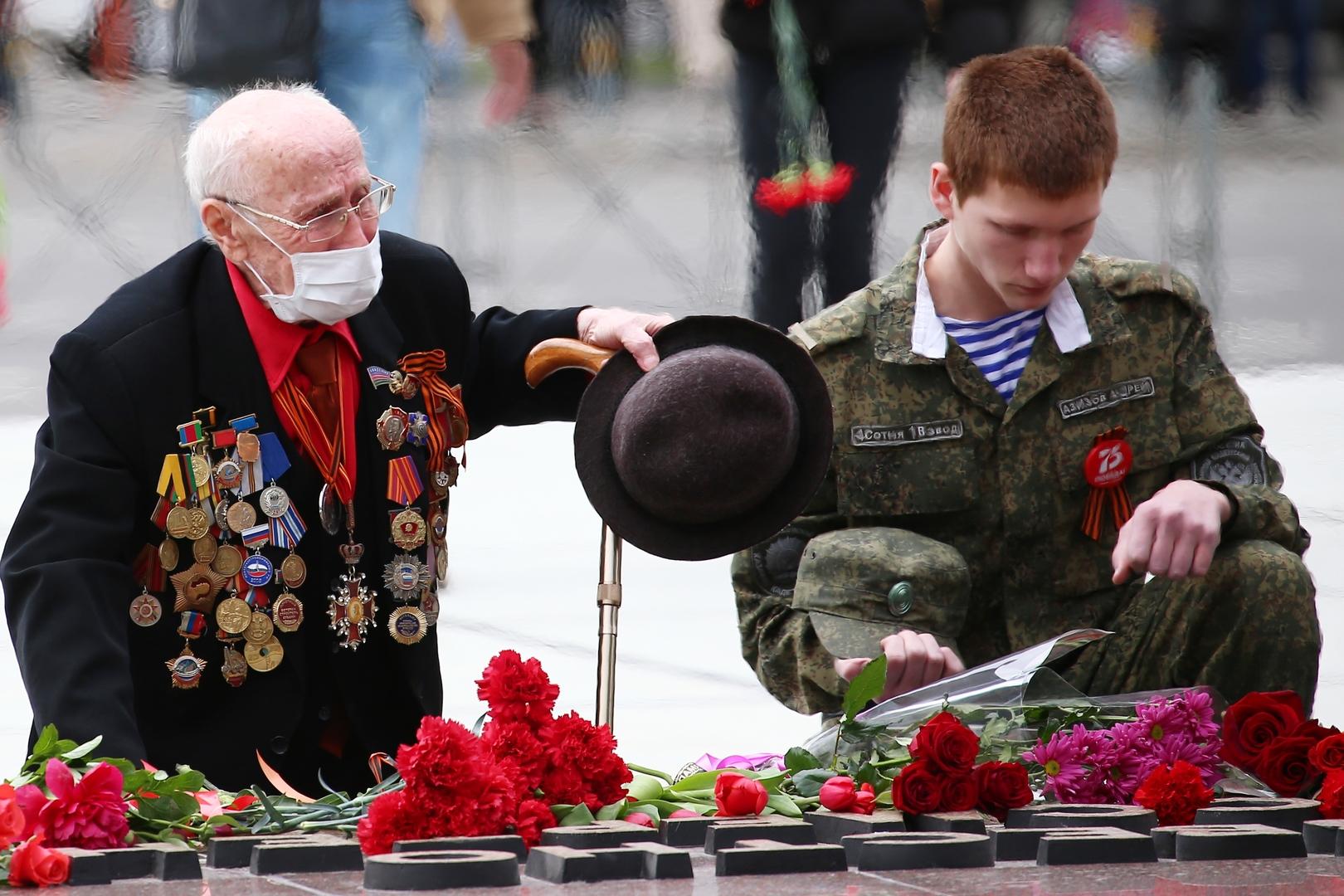 Einwohner von Krasnodar legen Blumen am Ewigen Feuer nieder.