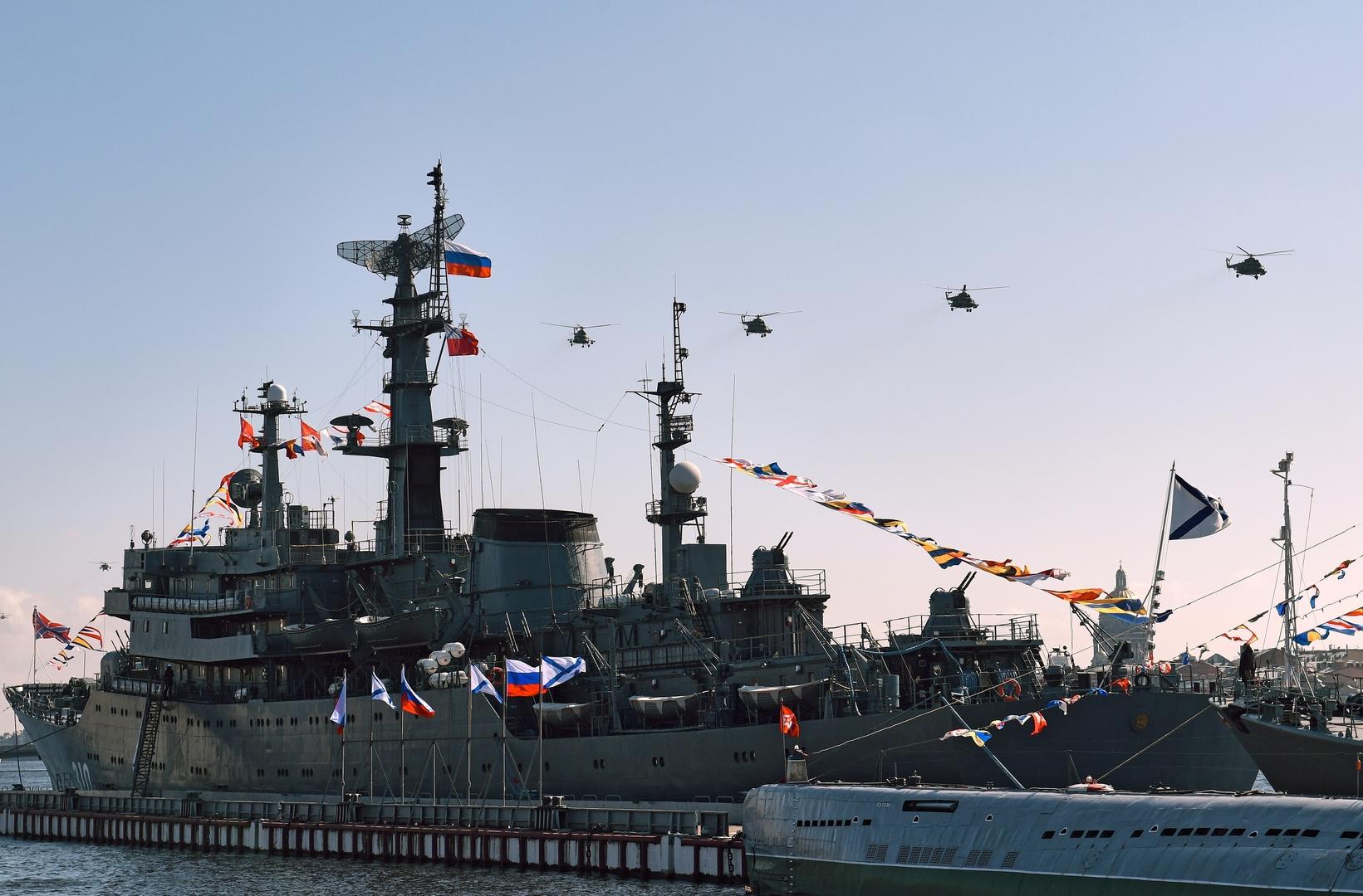 Ka-52 Hubschrauber und Kriegsschiffe bei Feierlichkeiten in Sankt Petersburg