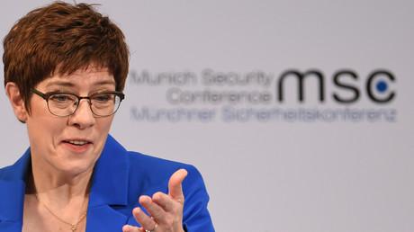 Die Bundesverteidigungsministerin Annegret Kramp-Karrenbauer will US-Kampfflugzeuge vom Typ F-18 im Rahmen des sogenannten