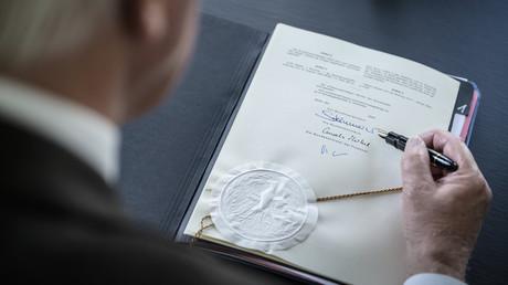 Bundespräsident Frank-Walter Steinmeier unterzeichnet das Gesetzespaket mit Maßnahmen zur Bewältigung der Corona-Krise (Berlin, 27. März 2020)