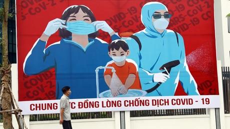 Ein Plakat in Hanoi fordert zum Kampf gegen COVID-19 auf. (1. April 2020)