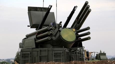 Symbolbild: Russisches Panzir-S1-Flugabwehrsystem auf dem russischen Militärstützpunkt Hmeimim in der syrischen Provinz Latakia. Auch die syrische Armee nutzt dieses Abwehrsystem.
