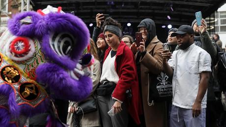 Schaulustige fotografieren Darsteller der Parade zum Chinesischen Neujahrsfest in der Londoner Innenstadt