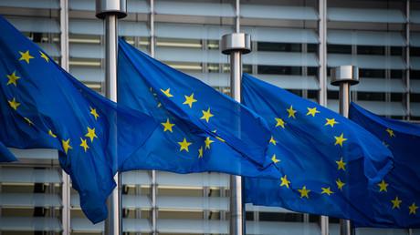 Vor dem Berlaymont-Gebäude, dem Sitz der Europäischen Kommission in Brüssel, wehen Flaggen der Europäischen Union.