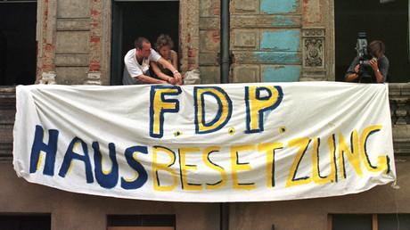 Das waren Zeiten: Zwei Mitglieder der Jungliberalen Deutschlands befestigen während eines dreitägigen Parteitags am 27. Juni 1998 an einem verlassenen Haus in Leipzig ein Transparent. Die FDP-Jugend demonstrierte damals gegen