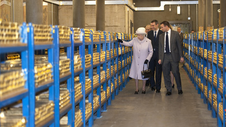 Großbritanniens Königin Elizabeth besichtigt einen Goldtresor bei einem Besuch der Bank von England in der City of London