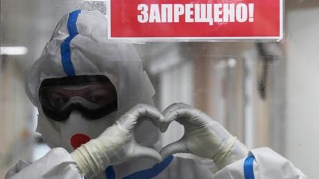 Ein Arzt in der sogenannten roten Zone eines Moskauer Krankenhauses für Corona-Patienten