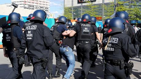 Auf dem Alexanderplatz in Berlin führen Polizisten einen Demonstranten ab (9. Mai 2020).