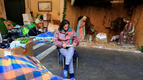 Die Italienerin Angela Grossi sitzt neben ihrem Zelt im Vorhof der Basilika Santi Apostoli, Rom. (Symbolbild)