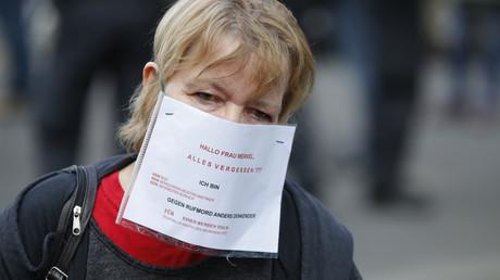 Protestteilnehmerin wehrt sich gegen die pauschalen Verunglimpfungen seitens der Politik und Medien (Bild vom 1. Mai).