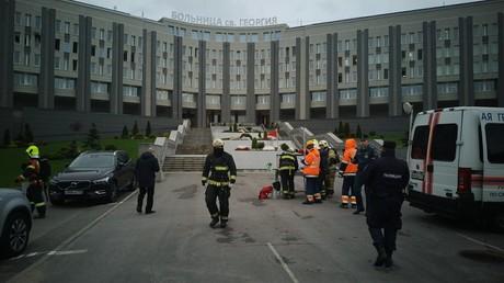 Feuerwehrleute vor dem St. Georgi-Krankenhaus in St. Petersburg.