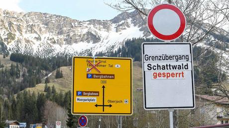 Geschlossener Grenzübergang Schattwald zwischen Deutschland und Österreich / 17.04.2020