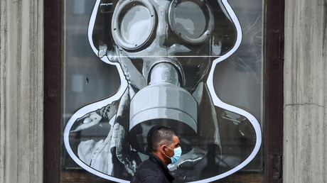 Symbolbild: Ein Mann trägt Mundschutz (Sankt Petersburg, am 11. Mai 2020)