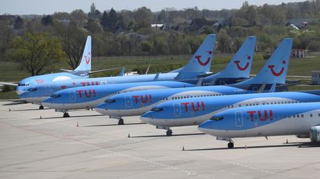Maschinen des deutschen Touristikkonzerns TUI parken am 18. April 2020 auf gesperrter Startbahn des Flughafens Hannover. Die Corona-Krise macht dem Reiseunternehmen schwer zu schaffen.