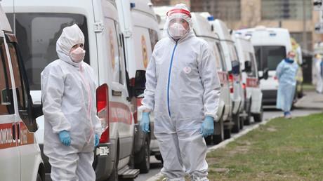 Mediziner warten auf ihren Einsatz vor einem Moskauer Krankenhaus.