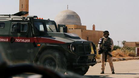Ein russischer Soldat an einem Grenzübergang zu Jordanien bei Darʿā. (7. Juli 2018)