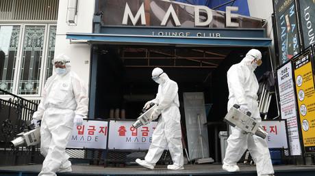 Einsatzkräfte versprühen Desinfektionsmittel vor einem Nachtclub in Seoul. (12. Mai 2020)