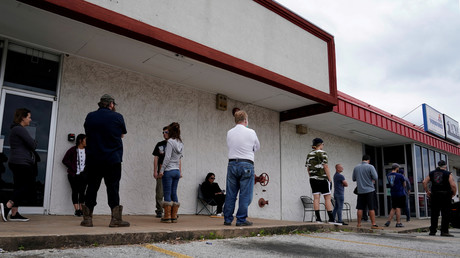 Menschen, die infolge des Ausbruchs des Coronavirus ihren Arbeitsplatz verloren haben, stehen am 6. April 2020 vor dem Arkansas Workforce Center in Fayetteville Schlange, um sich arbeitslos zu melden.
