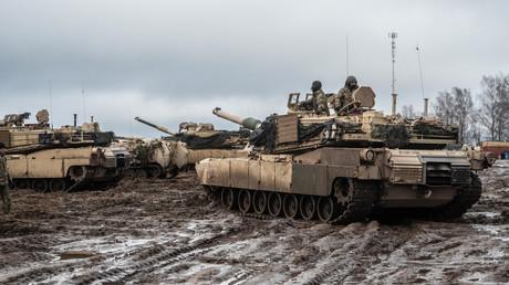 M1A1 Abrams Kampfpanzer der 1. Kavalleriedivision der US-Armee sammeln sich vor einer Übung mit scharfer Munition im Rahmen von Defender2020 auf dem Pabradė-Trainingsgelände in Litauen, Februar 2020.