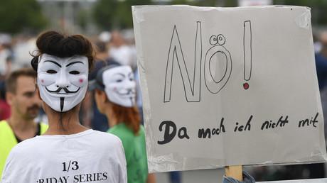 Jens Spahn hält an Immunitätsausweis fest und zeigt Verständnis für Corona-Demos. Auf dem Bild: Eine Demonstration gegen Corona-Beschränkungen in Stuttgart, 9. Mai 2020