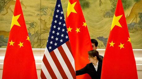 Symbolbild: Vor der Eröffnungssitzung der Handelsverhandlungen zwischen den USA und China werden die Fahnen beider Länder zurechtgezupft. (Peking, 14. Februar 2019)