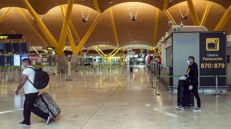 Einige Passagiere am Flughafen Madrid-Barajas am 10. Mai 2020. Deutschland will nun bundesweit die Quarantäneregeln für Rückkehrer und Einreisende aus EU- und Schengen-Staaten lockern.