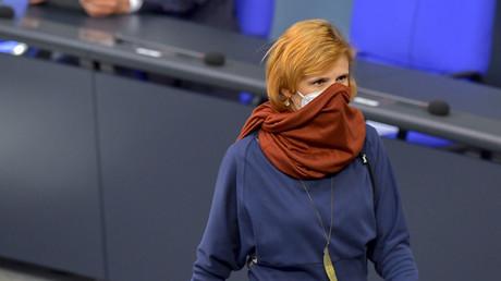 Mit nur einer Maske ist es nicht getan: Katja Kipping im April 2020 im Bundestag
