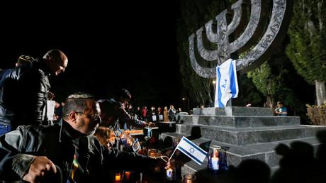 Menschen stellen bei einer Gedenkfeier für die Opfer des Massakers von Babi Jar am 29. September 2016 in Kiew Kerzen und israelische Fahnen auf. In Babi Jar wurde eines der größten Einzelmassaker an Juden während des Holocaust begangen.