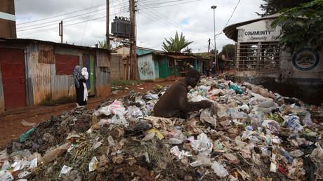 Ein Mann sucht auf einer Müllhalde in der Nähe des Kibera-Slums in Nairobi nach wiederverwertbaren Materialien