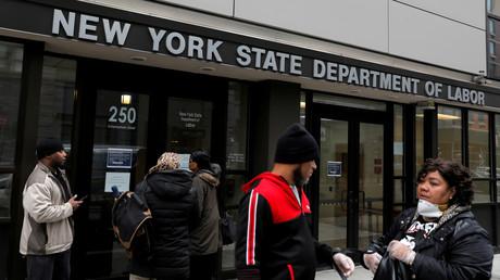 Menschen versammeln sich am Eingang des Büros des New Yorker Arbeitsministeriums im Bezirk Brooklyn der Stadt New York, das aufgrund der Corona-Pandemie für die Öffentlichkeit geschlossen wurde.