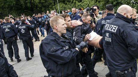 Polizeibeamte führen einen Teilnehmer der heutigen Proteste im Berliner Tiergarten ab – 23. Mai 2020