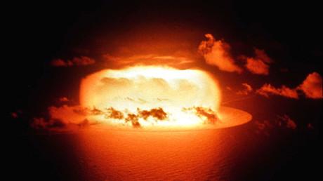 Archivbild: Explosion bei einem US-Atombombentest (Operation Redwing, Shot Erie) in den Gewässern des Enewetak-Atolls am 30. Mai 1956.