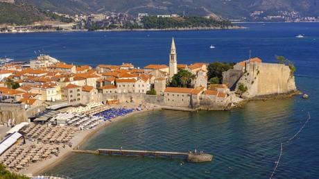 Altstadt und Strand im montenegrinischen Budva an der Adria, das zu den wichtigsten Touristen-Städten Montenegros gehört