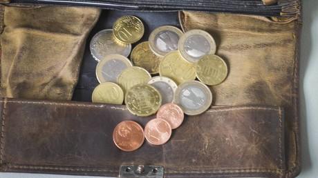 Der gesetzliche Mindestlohn wurde zuletzt im Januar von 9,19 Euro auf aktuell 9,35 Euro erhöht. Die Mindestlohnkommission aus Arbeitgebern, Gewerkschaftern und Wissenschaftlern will voraussichtlich im Juni einen neuen Vorschlag für die Erhöhung zum 1. Januar 2021 unterbreiten.