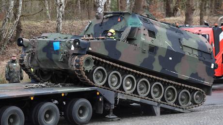 Soldaten der Bundeswehr verladen während der Vorbereitungen für die internationalen Militärübungen Defender-Europe 20 in Bergen-Hohne am 12. Februar 2020 ein US-Unterstützungsfahrzeug vom Typ M992 auf einen Schwerlasttransporter.
