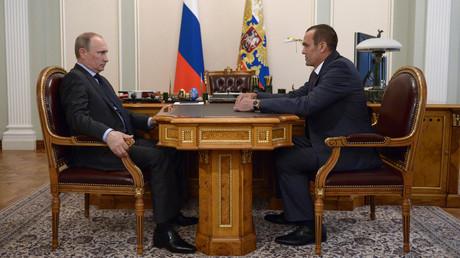 Russischer Ex-Gouverneur geht wegen Amtsenthebung durch Putin vor Gericht. Auf dem Archivbild: Russlands Präsident Wladimir Putin trifft sich mit Tschuwaschiens Gouverneur Michail Ignatjew in Nowo-Ogarjowo, 24. Juli 2014