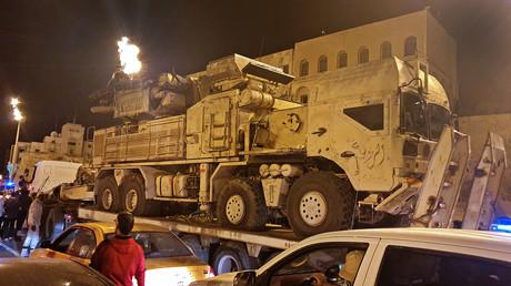 Ein aus deutscher Produktion stammender MAN SX45 mit montiertem Panzir-Luftabwehrsystem wurde in der libyschen Hauptstadt Tripolis vorgeführt, nachdem er von Truppen des Generals Chalifa Haftar erbeutet wurde. (Bild vom 20. Mai)