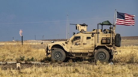 US-Soldaten fahren an einem Ölfeld in der Nähe von Qahtaniyya vorbei (Bild vom 31.10.2019).