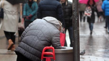 Hätte sie doch besser privat vorgesorgt: Eine ältere Frau sucht in Bayern im Müll nach Pfandflaschen.