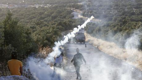Netanjahu treibt die Annexion des Westjordanlands voran, um dem Gefängnis zu entgehen, und setzt damit den ganzen Nahen Osten in Brand (Palästinensischer Demonstrant schleudert Tränengasgranate zu israelischen Soldaten zurück. Tuqua, Westjordanland, 28. Mai 2020)