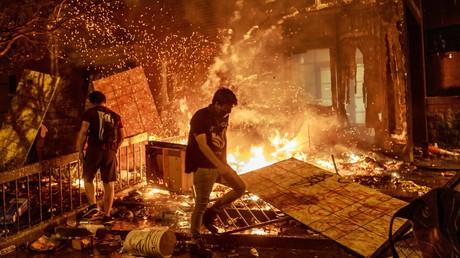 Demonstranten vor der brennenden Polizeistation in Minneapolis (Bild vom 29. Mai).