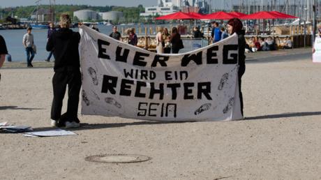 Gegendemonstranten bei einer Demonstration gegen staatliche