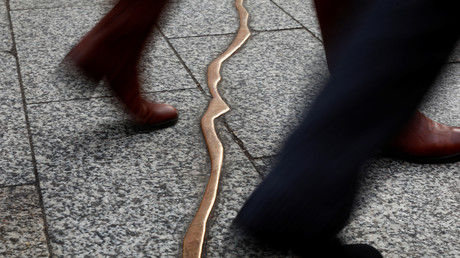 Menschen laufen über die Gedenkstätte
