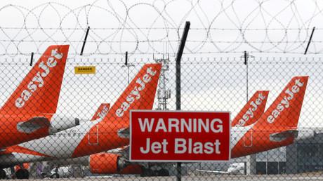 EasyJet-Flugzeuge parken auf dem Flughafen von Luton, Großbritannien.
