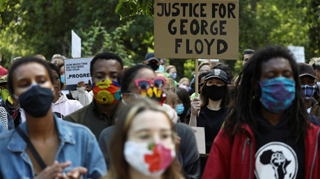 Menschen nehmen am 30. Mai in Berlin an einer Protestveranstaltung gegen die tödliche Verletzung des Afroamerikaners George Floyd durch die Polizei von Minneapolis teil.