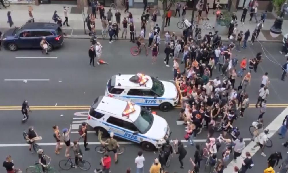 New York: Demonstranten umstellen Polizeiwagen – Die geben Gas
